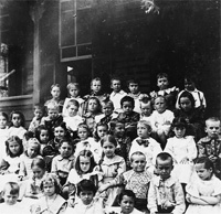 "Uona Escuela Cubana, 1895 to 1900 Children alumnies of the ""Liceo Cubano"" in the days of the Cuban War."