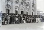 Tedeum , La foule devant  la Cathedrale attend l'arrivee du president Roy.