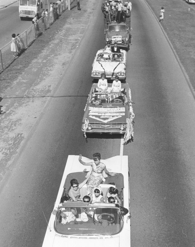 Caravana de Carros #2 [close-up]. - Front